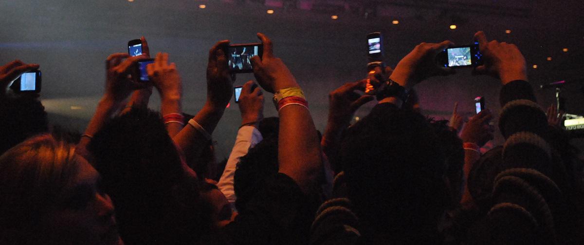 Vers une interdiction des smartphones en concert ?