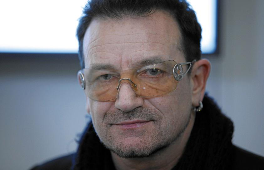 Bono, le chanteur de U2 devenu la pop star la plus riche, grâce à Facebook.
